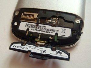 K osazení SIM a microSD je nejprve nutné vysunout a sundat spodní plast, pod kterým se skrývají dvířka