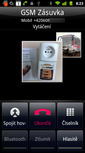Telefon umožňuje pořádání telefonických konferencí s více účastníky