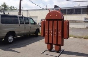 Telefon Nexus 5 se blíží – souhrn informací o králi s Androidem 4.4 KitKat Android-4-4-kitkat-vyroba-sochy-7-300x196