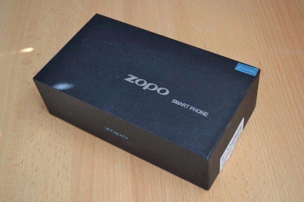 Sympatická krabička nabídne vše podstatné - telefon, nabíječku, USB kabel a sluchátka