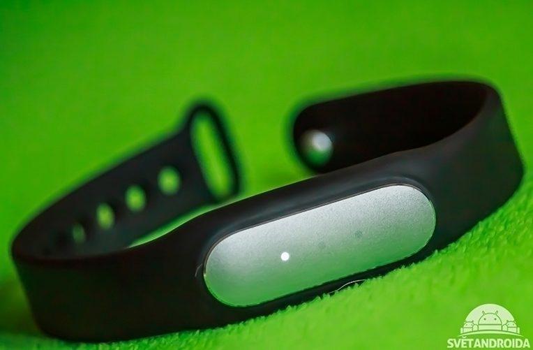 Xiaomi-MiBand-1S-zepředu-první-LED-nakloněné
