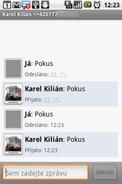 Zprávy s daným kontaktem jsou prezentovány v konverzaci