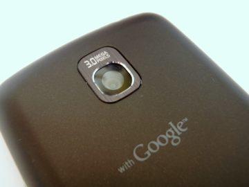 Zadní strana telefonu s čočkou fotoaparátu