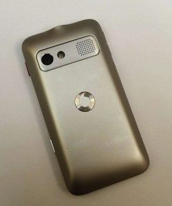 Zadní strana telefonu s čočkou fotoaparátu, LED bleskem a hlasitým reproduktorem