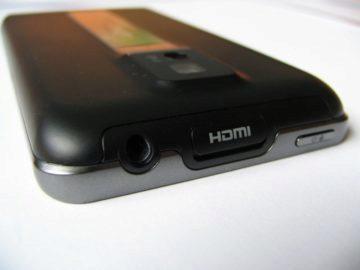 Horní hrana telefonu: 3,5mm jack, HDMI konektor a tlačítko pro vypnutí/zapnutí