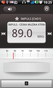 FM Rádio podporuje RDS informace a umí přejmenovávat předvolby pamětí