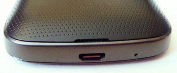 Dolní hrana s microUSB, mikrofonem a štěrbinkou pro demontáž zad