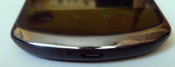 Dolní hrana telefonu a senzorová tlačítka`
