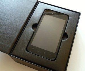 Telefon spočívá v kartónovém lůžku