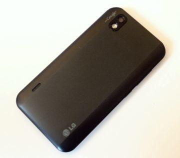 Zadní strana telefonu s optikou fotoaparátu a LED bleskem