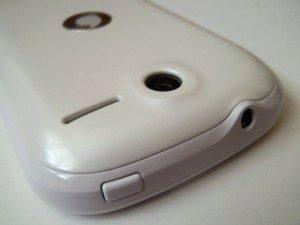 Horní hrana s tlačítkem pro zapnutí a konektorem pro sluchátka