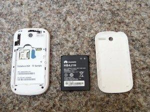 Vodafone 858 se sejmutým zadním krytem a vyjmutou baterií