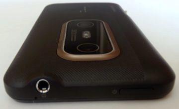 Na horní je zdířka pro 3,5mm audio konektor a tlačítko pro zhasnutí/rozsvícení displeje