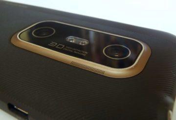 Sklíčko, které veškerou optiku fotoaparátu chrání, vystupuje nad okolní povrch