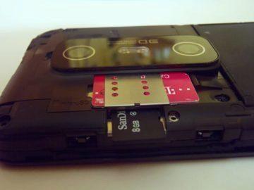 Pod krytem se skrývá Li-Ion akumulátor a sloty pro paměťovou kartu a SIM