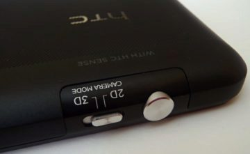 Tlačítko hardwarové spouště fotoaparátu a přepínač mezi režimy 2D a 3D