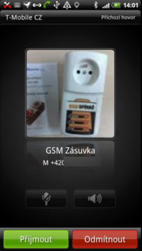 Obrazovka oznamující příchozí hovor při odemčeném displeji