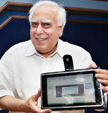 Ministr Kapil Sibal s prototypem tabletu v červenci 2010
