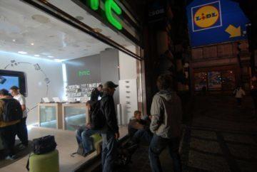 Fronta před prodejnou HTC.