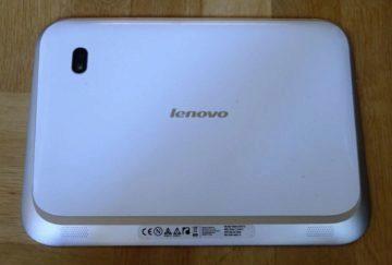 Zadní straně dominuje plastový kryt, nápis Lenovo a optika fotoaparátu s LED diodovým bleskem.