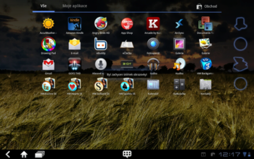 Aplikace jsou seřazeny podle abecedy na třech horizontálních obrazovkách v matici 4 x 7.