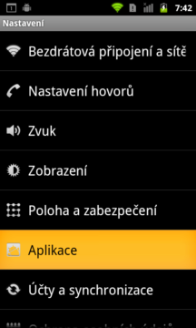 Dialogy jsou bílé na černém, aktivní prvky mají oranžovou barvu.