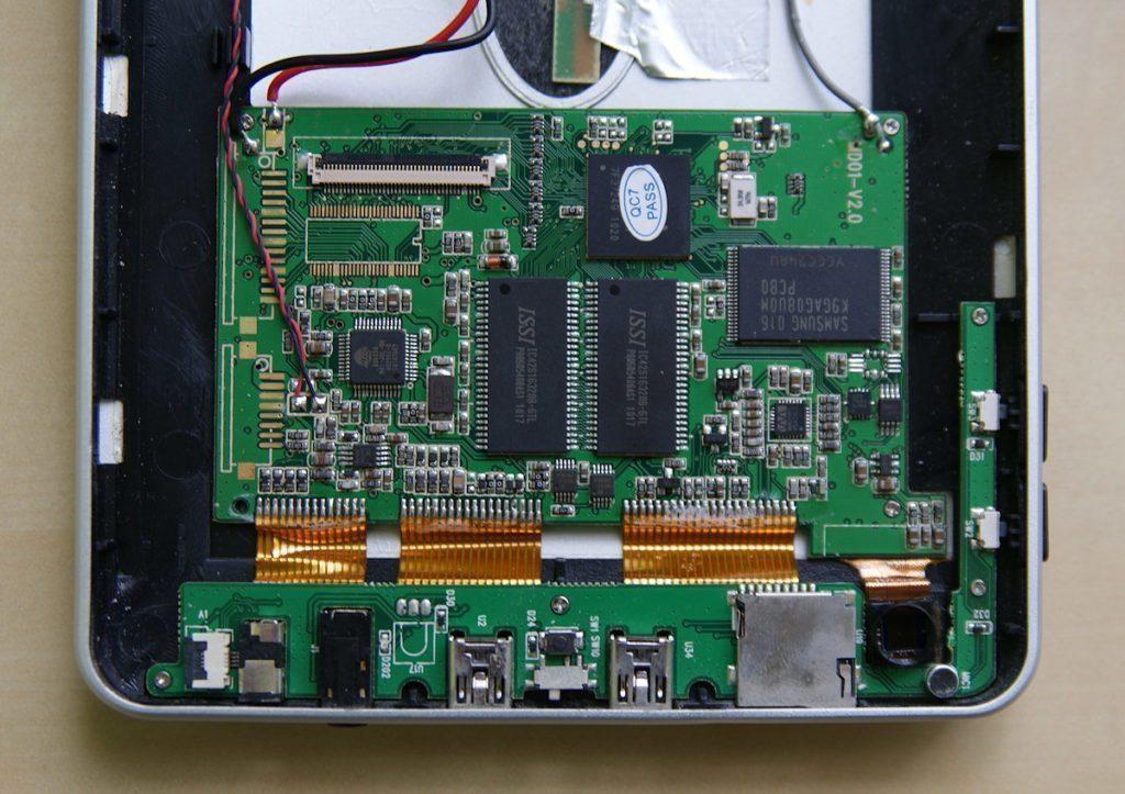 Pohled na základní desku, čipy a konektory