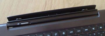 Displej je s klávesnicí spojen konektorem a dvěma výstupky