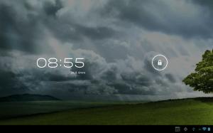 Odemykací obrazovka zobrazuje aktuální datum a čas. Kroužek slouží k odemčení.