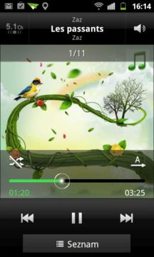 Přehrávač během reprodukce nabízí na základní obrazovce název skladby, jméno interpreta a název alba