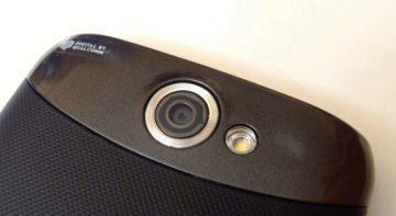 Horní lesklá část obsahuje optiku fotoaparátu a přisvětlovací LED diodu.