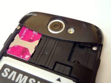 Pod krytem se schovává prostor pro baterii a sloty pro SIM a paměťovou kartu.