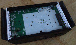 Po uvolnění šesti šroubků se dostanete dovnitř, kde je připraven prostor pro osazení 2,5palcového pevného disku s rozhraním SATA.