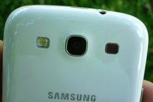 Zleva LEDový blesk, optika fotoaparátu a hlasitý reproduktor