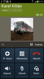 Na displeji se zobrazuje jméno, telefonní číslo, ikona a délka hovoru