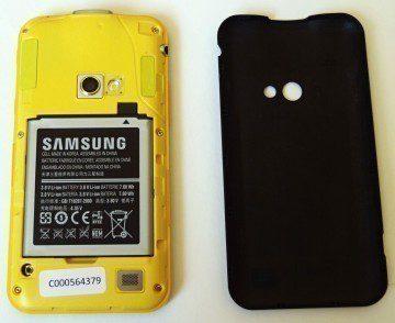 Samsung Galaxy Beam se sejmutým zadním krytem