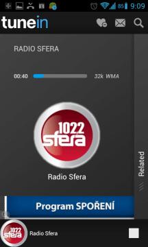 Přehrávač zobrazuje název a logo stanice, jméno interpreta a název skladby.