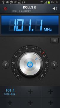 Součástí palubní výbavy je také plně vybavené FM rádio