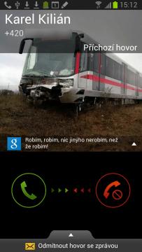 Obrazovka, která oznamuje příchozí hovor