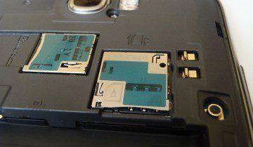 Sloty pro microSIM a paměťovou kartu