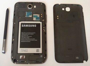 Samsung Galaxy Note II se sejmutým zadním krytem a vyjmutým perem S Pen
