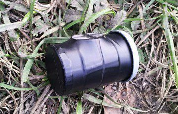Typický zástupce mikro keše - krabička od filmu, zde s magnetem pro uchycení