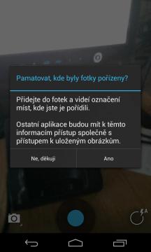Aplikace se při prvním spuštění zeptá, zda chcete ukládat do snímků jejich GPS polohu
