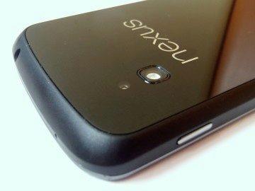Hrany telefonu jsou provedeny z černého, tvrdého, matného plastu s pogumovaným povrchem