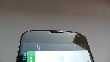 Nad obrazovkou jsou senzory přiblížení a okolního světla reproduktor a přední fotoaparát/kamera