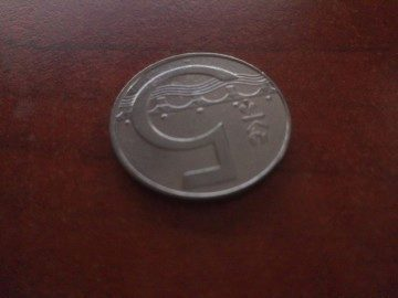 Mince focená ze vzdálenosti cca 5 cm v místnosti s horším světlem