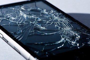 Takové poškození vám samozřejmě nevyreklamuje nikdo - pokud vám již telefon takto neprodali :)