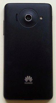 Pogumovaná a vroubkovaná zadní strana telefonu