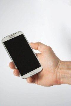 Testovací telefon v ruce našeho modela