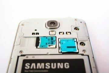 Slot na microSD kartu najdete hned vedle SIMky